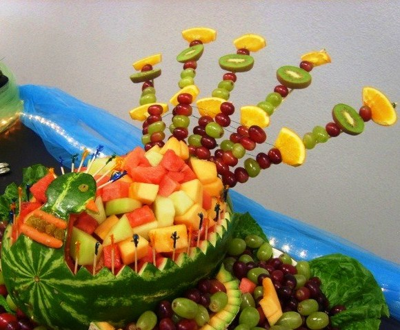 Украшение стола для гавайской вечеринки